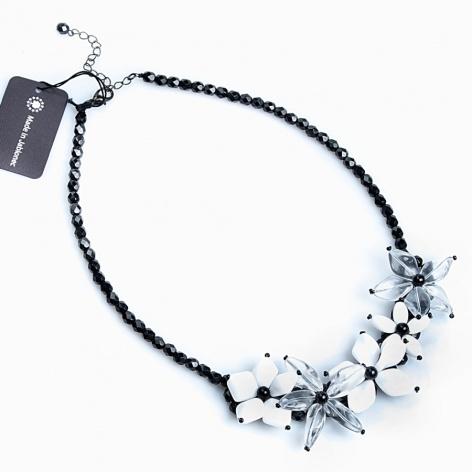 Náhrdelník Mačkané květy černobílé